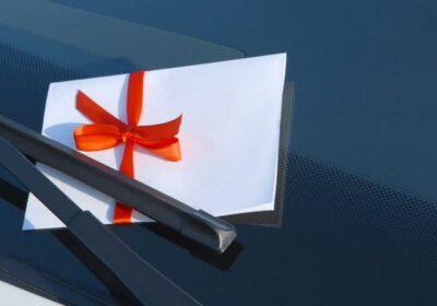 Раскладная реклама на лобовом стекле автомобиля